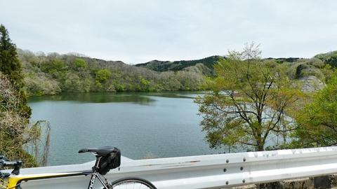 湖畔の北側、福岡宮島峡公園線でダム沿いに走れる