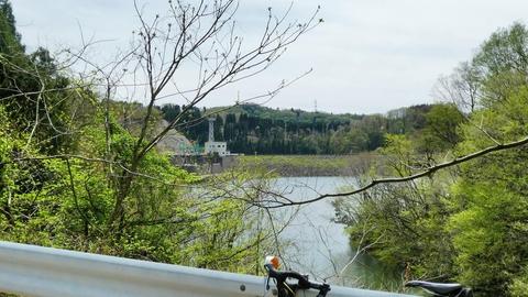 子撫川ダム北側より。先程のロックフィルの堤が見える