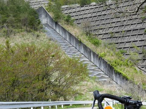 五位ダム放流路。模様が綺麗