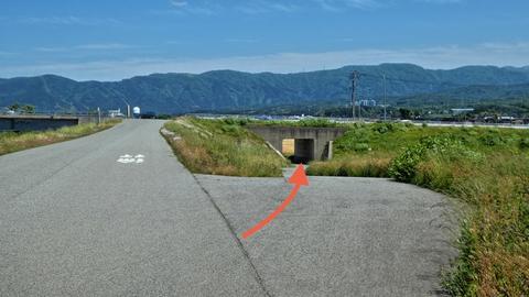 辰口橋は下にトンネルがある