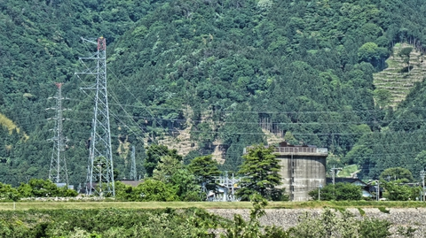 対岸に巨大ドラム缶。七ヶ用水利用の明島発電所。横は明島支線1番鉄塔