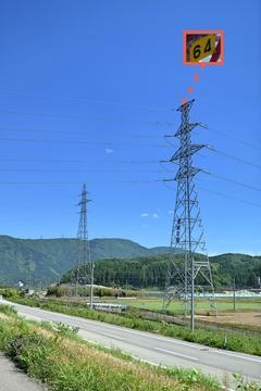 2本鉄塔が仲良く並んでる。手前が手取幹線64番、奥が鶴来第1線14番