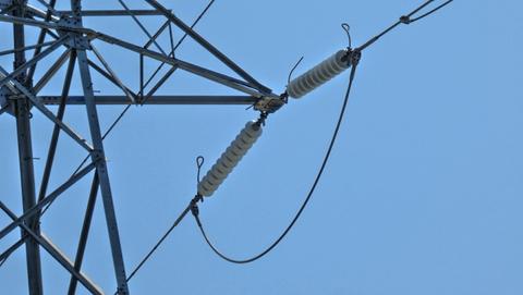 ガイシの数で電圧がわかる。手前手取幹線は10玉で154kV