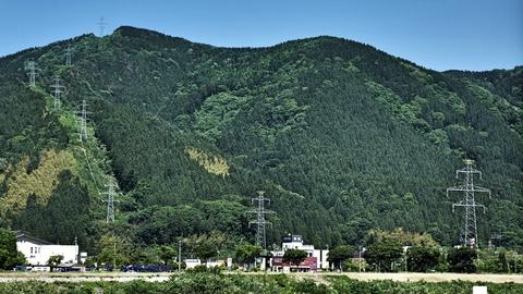 本コース最後の送電線、大黒部幹線が山から降りてきている