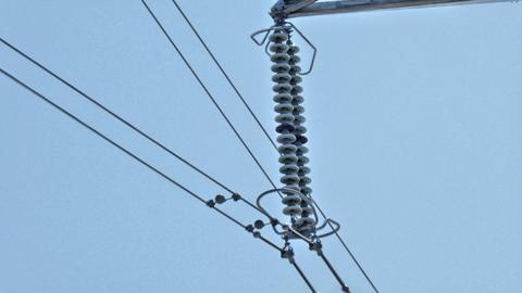 ガイシの数で電圧がわかる。黒玉は10個おきだから18玉。今回最大の275kV。しかも2本1組の2導体