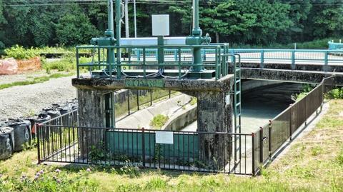 宮竹用水は対岸の七ヶ月用水から巨大な手取川の地下をサイフォンの原理で水を通している