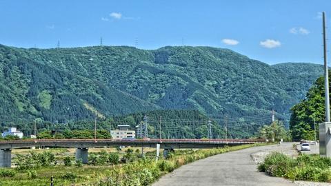 やがて見える河口から6番目の橋。天狗橋。真っ赤なカラーが印象的