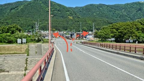 橋の上は車道と合流するので注意。左で本コース。右でキャニオンロード瀬女コース