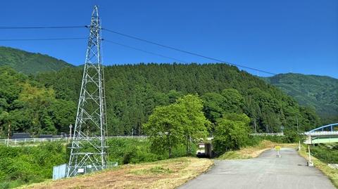 河川道路は終わりトンネルを潜る。左は電柱電圧鉄塔