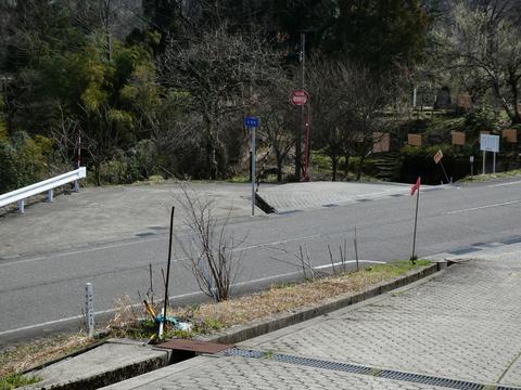 左側に駐車出来るスペースがある