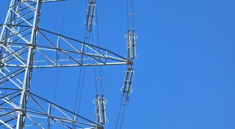 加賀東金津線のガイシが18玉(10個ごとに黒玉)あり275kV高圧なのがわかる。2本1組の2導体送電線