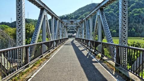金名橋。トラス構造の自転車歩行者専用橋。横には手取川の渓谷が見える
