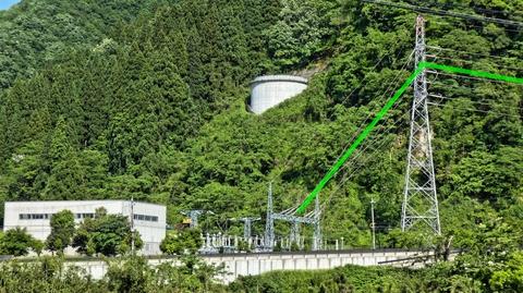 左手奥に見えるのが国道157号沿いにある手取川第3発電所。奥の手取川第3ダムから水圧を得ている