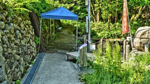水場へのスロープ。ベンチもあり冷たい水をのみながら休憩できる