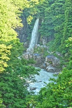 手取渓谷上流に見えるのが綿ヶ滝。駐車場から降りることもできる