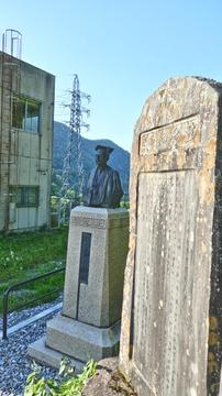 発電所内にある銅像は大同電力初代社長 電力王 福澤桃介。福沢諭吉の義子