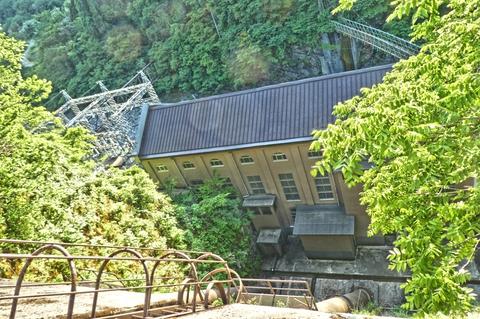 導水管の先にはクラシックな作りの吉野谷発電所が