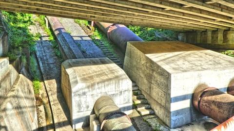 巨大な導水管が高倉山を貫いて降りてきている。取水口は旧中宮温泉スキー場あたり