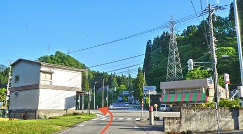 国道157号と合流する瀬戸野交差点、自転車走行可能歩道へ左折