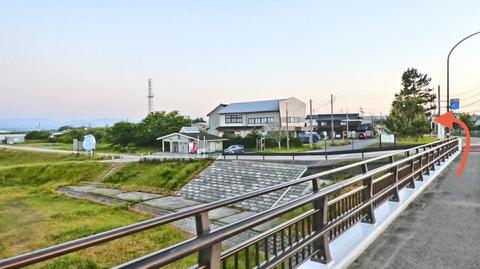 美川大橋を渡ると駐車場が見えてくる