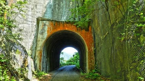 天狗壁にぽっかり空いたトンネル