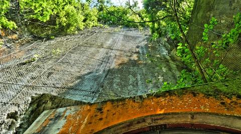 巨大な凝灰岩の天狗壁 上には天狗が住んでいるのだとか