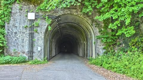 2番めのトンネル。カーブで先が見えない