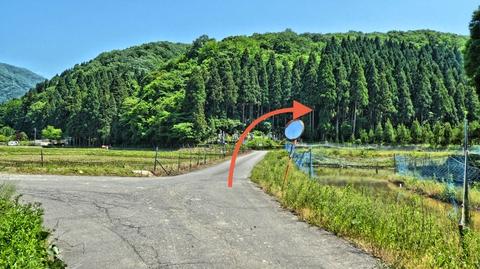 和佐谷町の集落へ。直進突き当り右折で鍋谷和佐谷線へ
