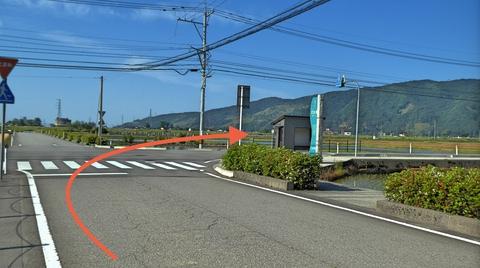 止まれを右。ここからわずかだが車交通注意