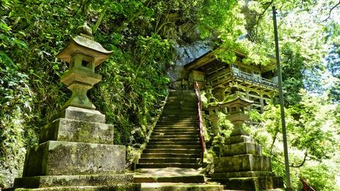 巨岩の斜面に舞台作りの本殿