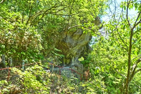 300段目奥の院。中央右の穴が、くもるろ岩