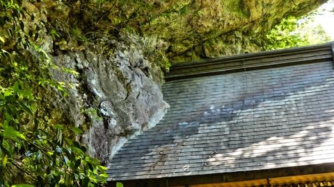 巨石に取り付けられた懸造り(かけづくり)の那殿観音本殿