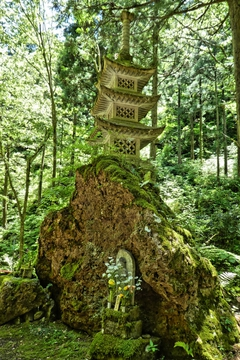 那谷寺のそれと模した三重塔、こちらは石造り