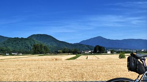 左手右奥の尖ったのが百名山 荒島岳、左の丸いピークが大師山