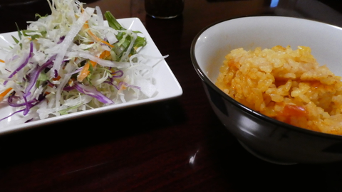 サラダご飯は大盛り・おかわり無料。なんとケチャップライスで出てくる!