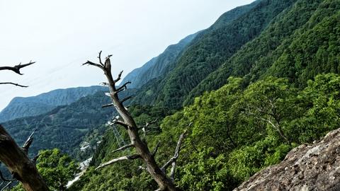 突き出た岩の先より。富士写ヶ岳が肝試し姿を見ている