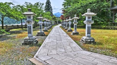 山中温泉白山神社の見事な灯籠 丁度真ん中に富士写ヶ岳が見えるのが粋
