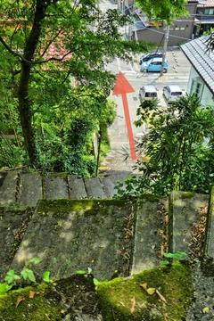 階段を降りて街中の路地を直進