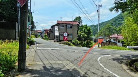 やがて変形十字路に出る。真ん中の道に入り右沿いに