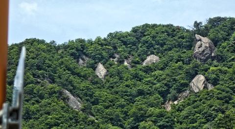 右手の水無山には先程天狗岩が見え始める