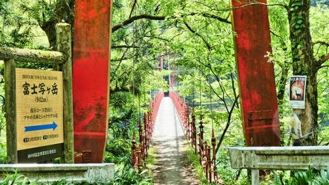 富士写ヶ岳登山口は真っ赤な橋から。人気のある加南3山の一つ