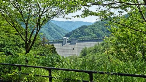 丘の谷橋からは九谷ダムの堤が見える。クレストゲート数が圧巻