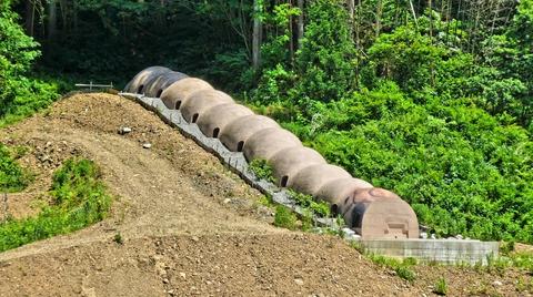 巨大芋虫のような九谷の窯跡