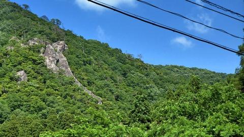 露出した岩肌は横の鞍掛山から南西に続く尾根の一部