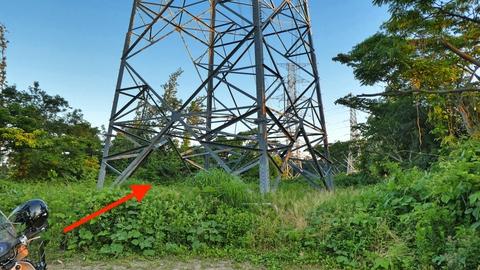 やがて2番鉄塔の足元へ。そのまま結界へ