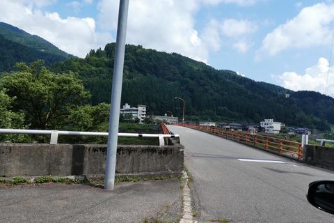 桑島大橋で手取り湖を横断。真っ赤な手すりが目印