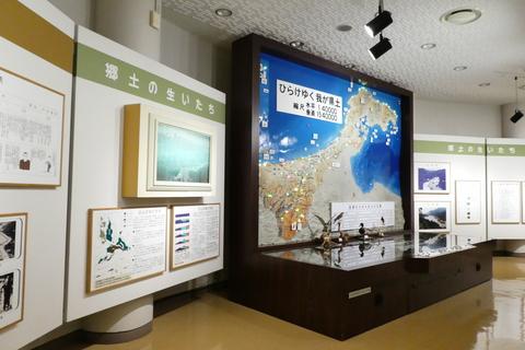 巨大な模型は手取湖に沈んだ桑島の街並みを透かして見ることができる
