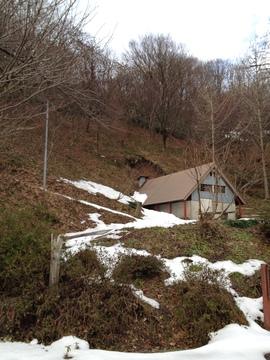 炭焼き小屋の横から登り始める