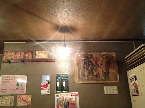 裸電球と煙で風合いのついた天井。これです。