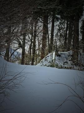 林道の先には案内板が(写真は残雪期)